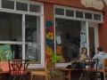 Café-Kunterbunt-draußen-sitzen