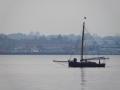 Segelboot im Dunst